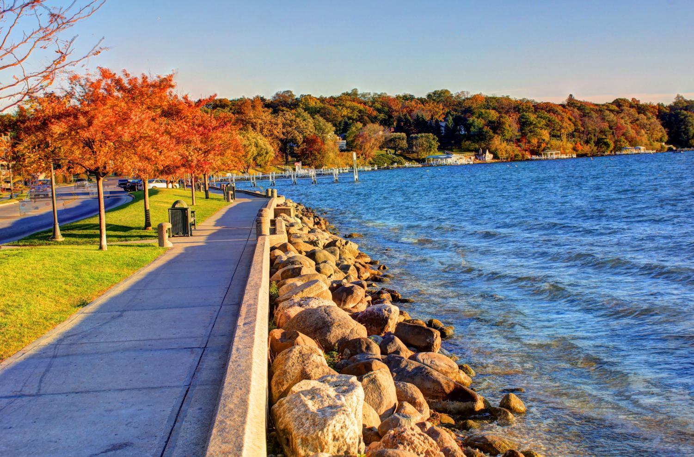 scenic path along Lake Geneva, Wisconsin (goodfreephotos)